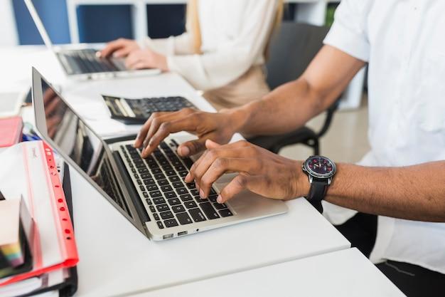 Cultivar personas que usan computadoras portátiles en la oficina
