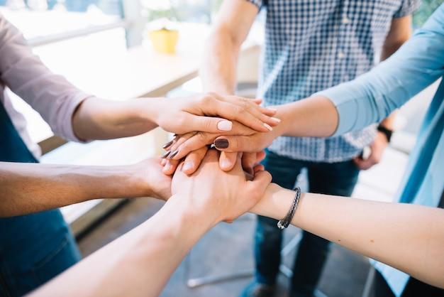 Cultivar personas tomados de la mano juntos