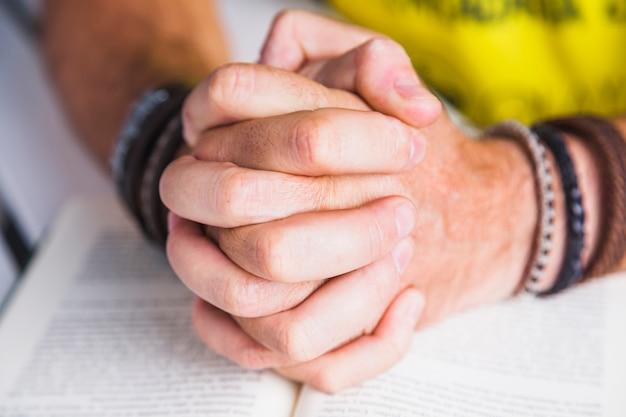 Cultivo hombre abrocharse las manos en el libro