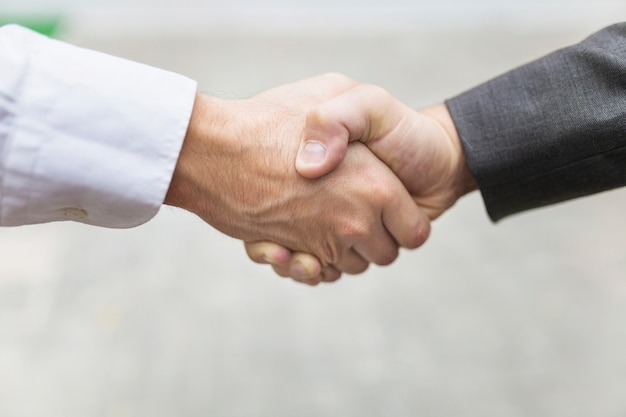 Cultivo de hombres dándose la mano