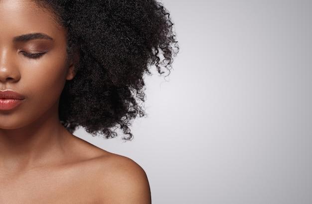 Cultivo mujer afroamericana con los ojos cerrados