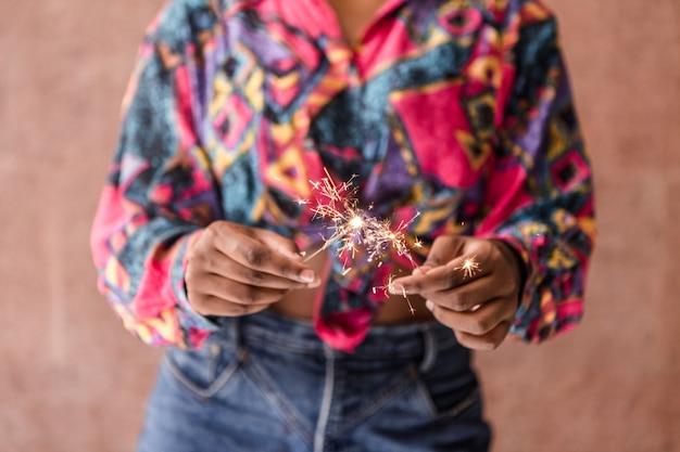 Cultivo mujer étnica con bengalas