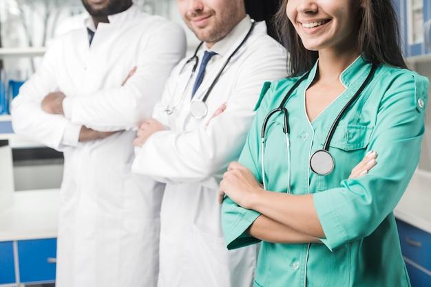 Cultivo sonriente médicos en el hospital
