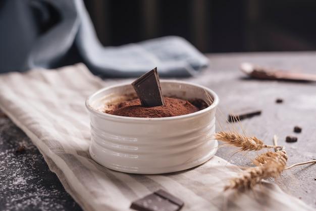 Cultivo de trigo cerca del postre de chocolate alce en un tazón blanco