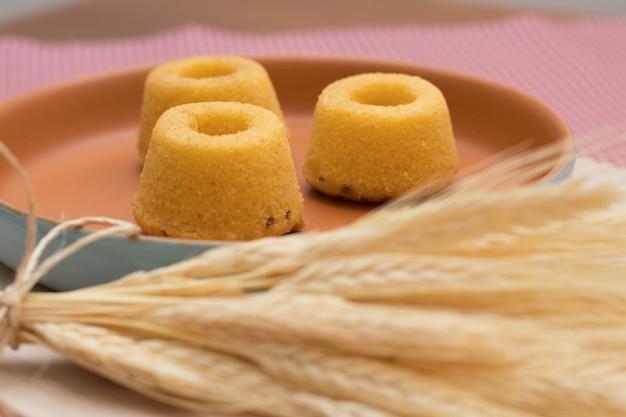 Cultura brasileña. mini pastel de harina de maíz en un hermoso plato rústico