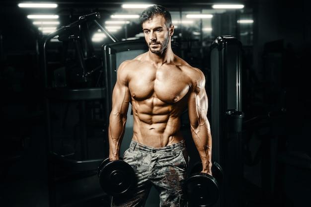 Culturista atlético hombre entrenamiento músculos ejercicio