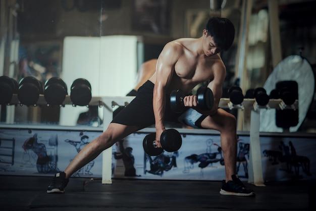 Culturista fuerte con músculos deltoides perfectos.