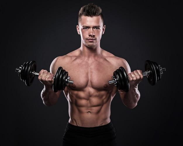 Culturista haciendo ejercicios con pesas