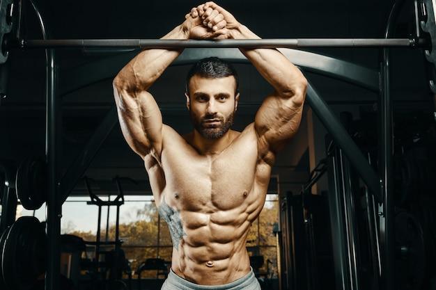 Culturista hombre fuerte bombeo de los músculos abdominales