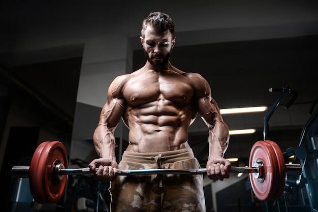 Culturista hombre fuerte bombeo de los músculos bíceps