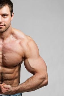 Culturista muestra sus bíceps