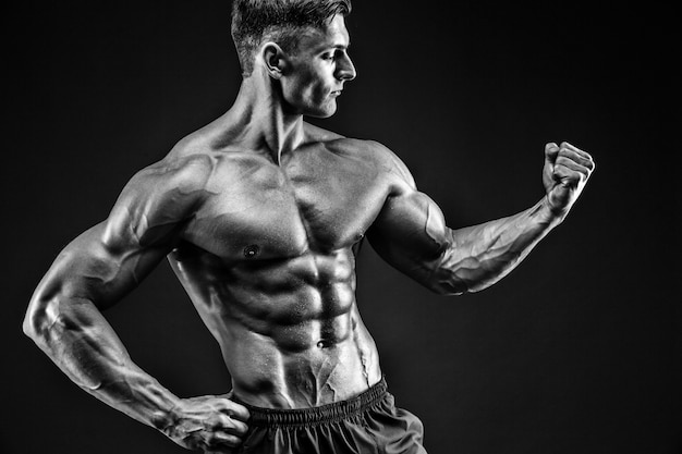 Culturista posando. hermoso chico deportivo poder masculino. hombre musculoso fitness