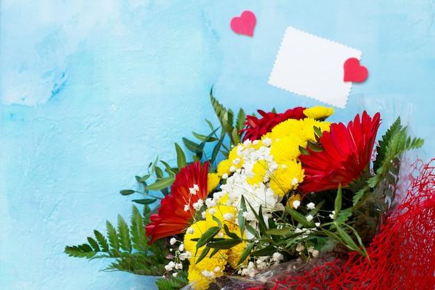 Cumpleaños o día de san valentín fondo plano laico y corazón. copie el espacio para su diseño o mensaje.