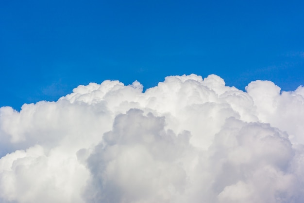 Cúmulo de nubes. cielo azul y nube blanca.