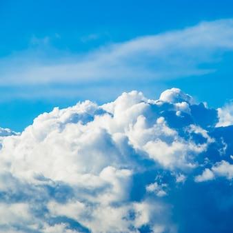 Cúmulos blancos y esponjosos en el cielo azul claro bajo el sol.
