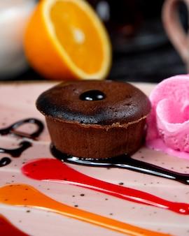 Cupcake de chocolate en porciones relleno de chocolate