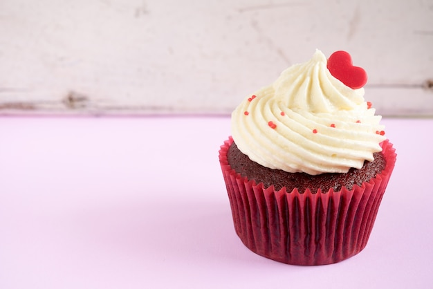Cupcake con corazón rojo