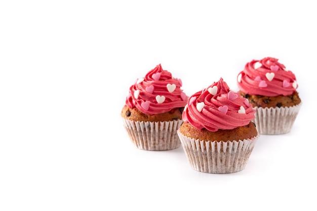 Cupcake decorado con corazones de azúcar para el día de san valentín aislado sobre fondo blanco.
