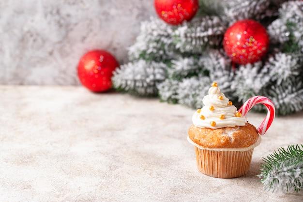 Cupcake festivo de navidad con bastón de caramelo