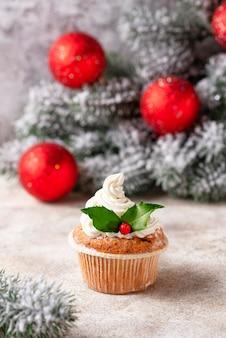 Cupcake festivo de navidad con hojas de acebo