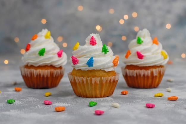 Cupcake de navidad con luces de bengala en forma de árbol de navidad y luces encendidas