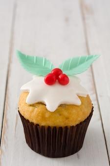 Cupcake de navidad en mesa de madera blanca
