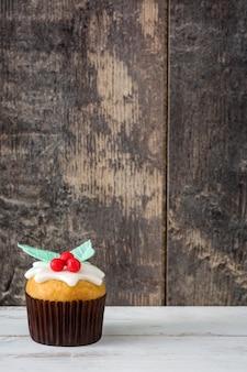 Cupcake de navidad en mesa de mesa de madera blanca