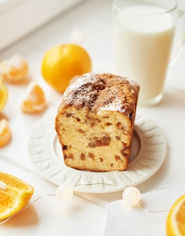 Cupcake de navidad con naranjas sobre un blanco