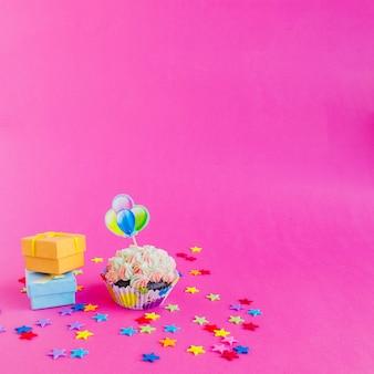 Cupcake y pequeñas cajas de regalo