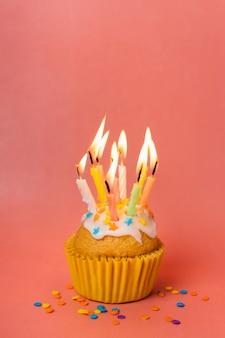 Cupcake con velas encendidas y espacio de copia