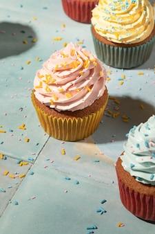 Cupcakes de alto ángulo con surtido de glaseado