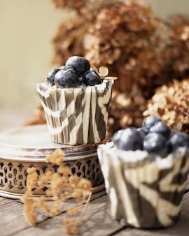 Cupcakes con arándanos en decoraciones vintage