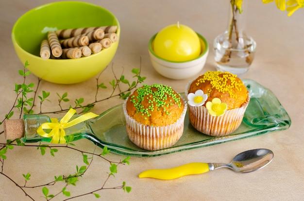 Cupcakes decorados con confites y flores.