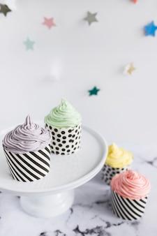 Cupcakes en expositor sobre mármol