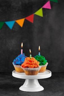Cupcakes de fiesta de cumpleaños con velas