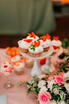 Cupcakes en una mesa de boda
