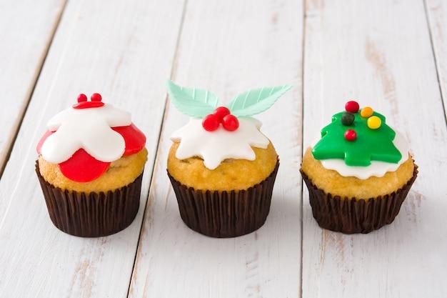 Cupcakes de navidad en mesa de mesa de madera blanca