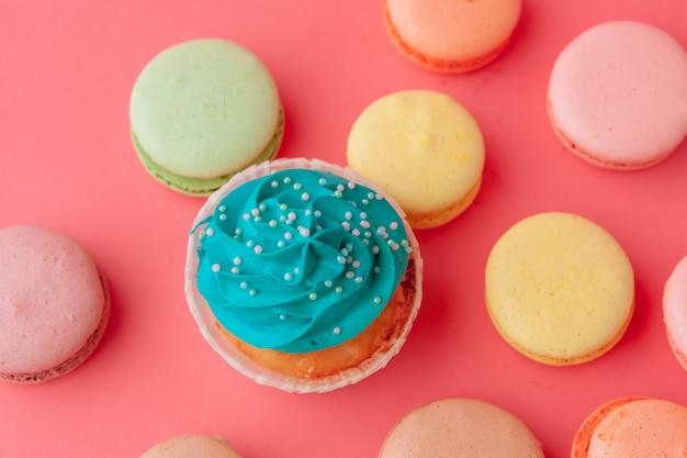 Cupcakes sabrosos dulces sobre fondo rosa de cerca