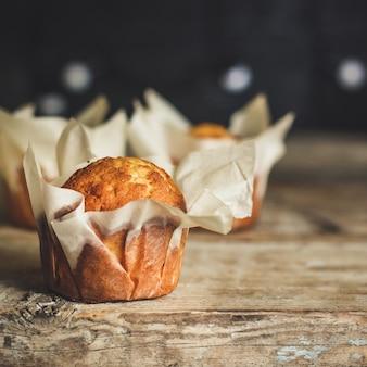 Cupcakes en superficie de madera