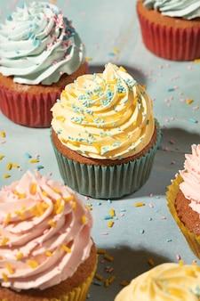 Cupcakes con surtido de glaseado alto ángulo