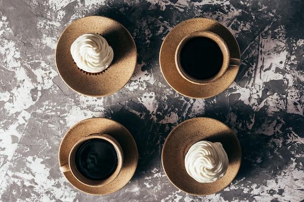 Cupcakes con tazas de café.