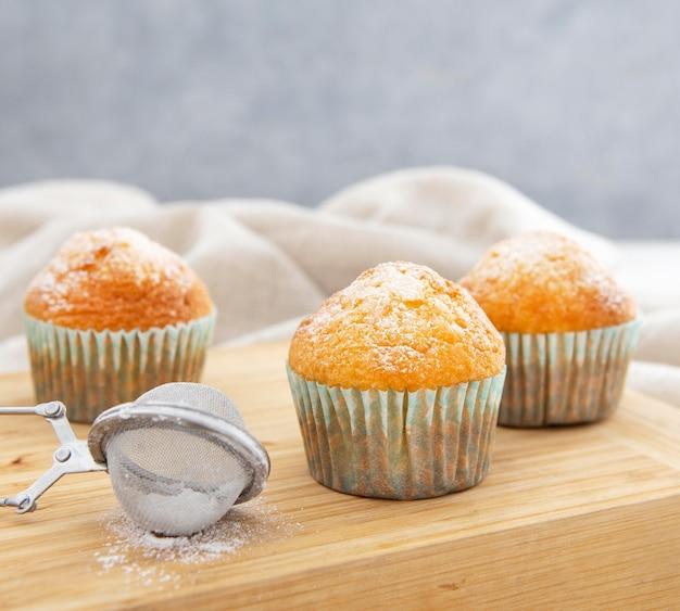Cupcakes de vista frontal y azúcar