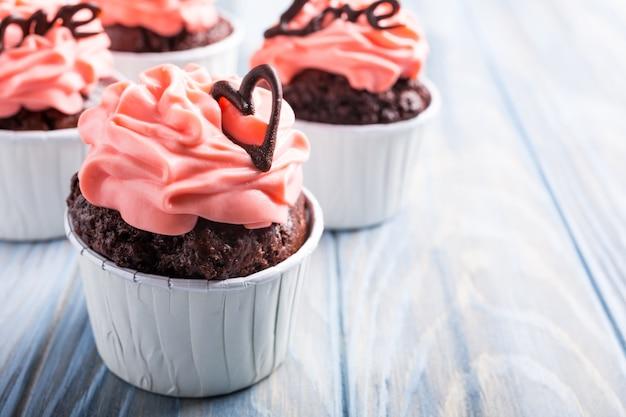 Cupecake de chocolate hermoso con el corazón