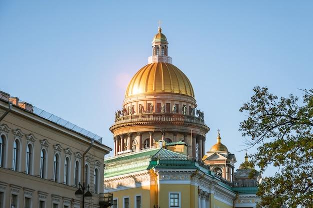 La cúpula de la catedral de san isaac sobre otros edificios históricos de la ciudad de san petersburgo.