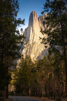 Cúpula centinela desde la carretera del valle de yosemite en california, estados unidos.