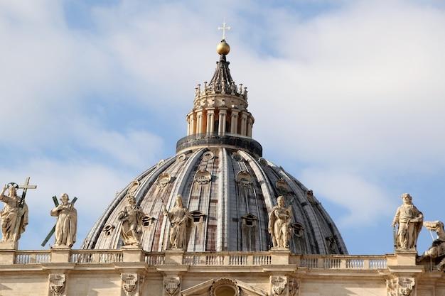 Cúpula de la famosa basílica de san pedro en la ciudad del vaticano