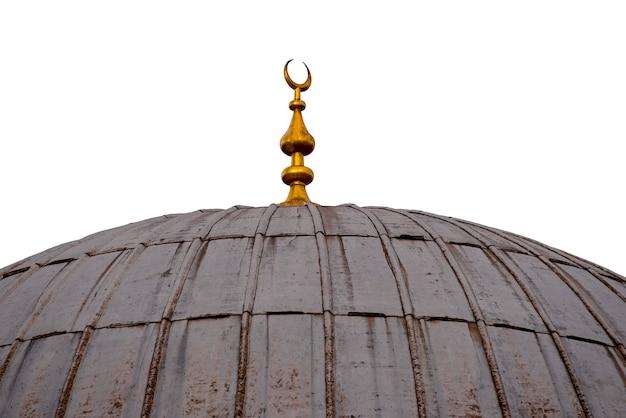 Cúpula rústica de una antigua mezquita con una media luna, aislada en blanco, arquitectura islámica