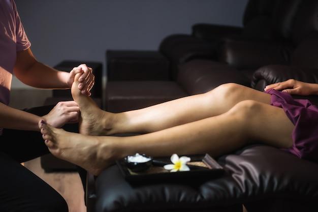 Cura de pies masaje tailandés en spa