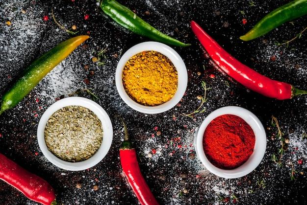 Cúrcuma, curry, pimentón, pimienta, chile, albahaca seca, sal, chile fresco y tomillo.