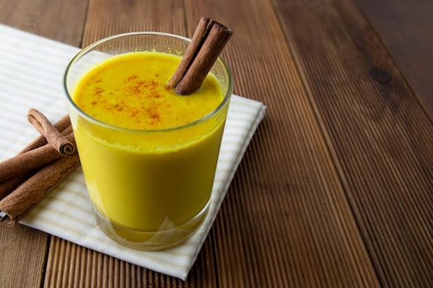 Cúrcuma de leche dorada con miel, canela. remedio para muchas enfermedades.